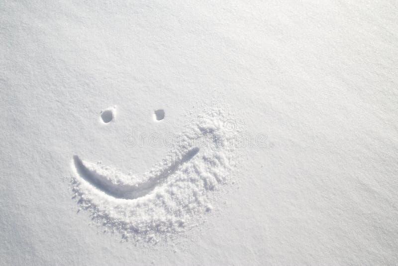 Stawia czoło szczęśliwego smiley rysującego na białym śniegu, mroźny zima dzień obraz royalty free