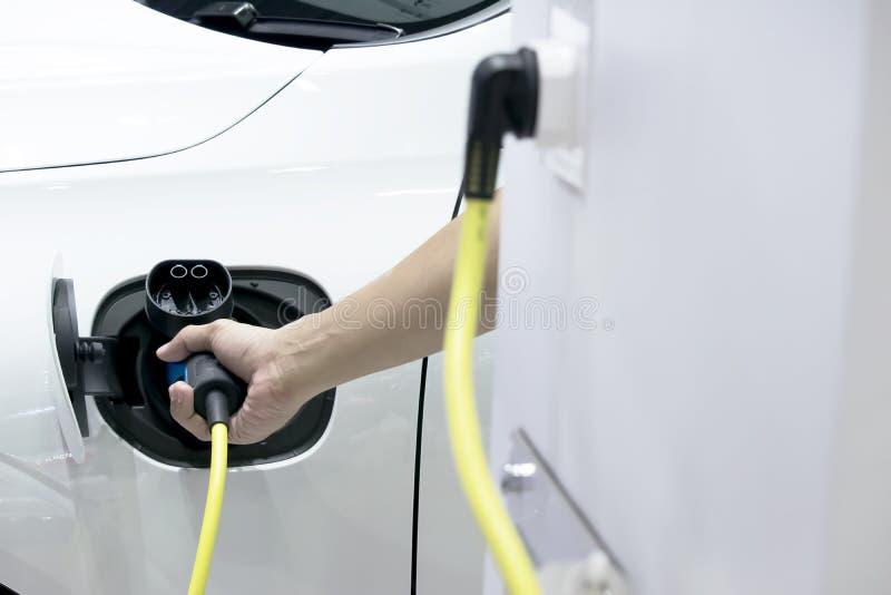 Stawia w samochód przód jest źródłem zasilania, Elektryczny samochód zdjęcie stock