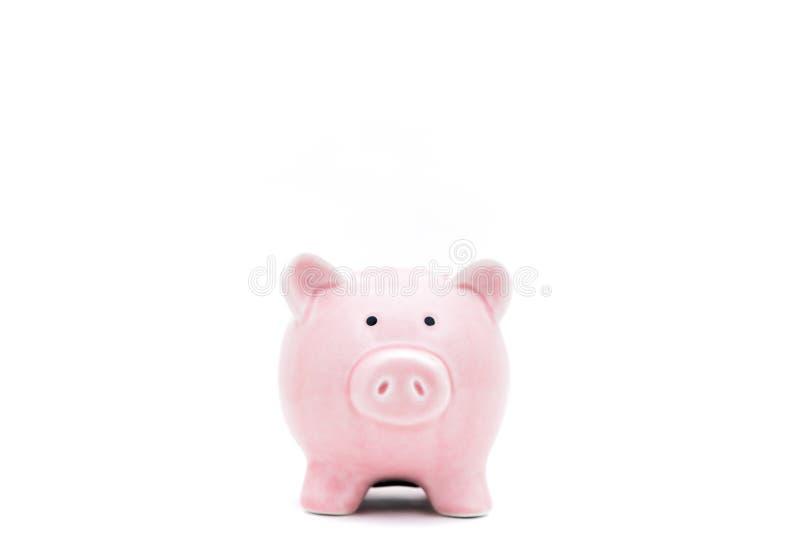 Stawiający monetę w prosiątko banka pojęcie savingsSavings Konserwuje, monety i ręki w Białym kontekscie fotografia royalty free