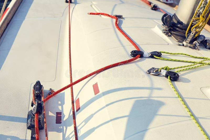 Staysail системы управления на яхте спорт стоковое изображение rf