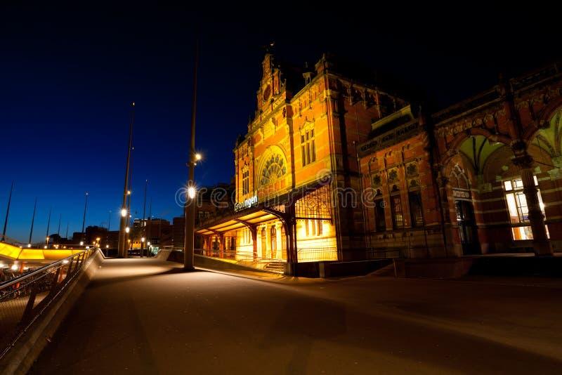 Stazione centrale del treno in Groninga alla notte fotografie stock libere da diritti