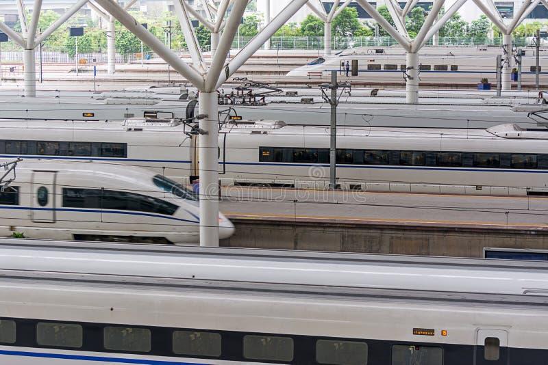 Stazione d'avvicinamento del treno ad alta velocità moderno cinese della pallottola fotografia stock