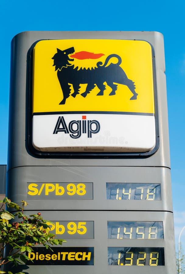 Stazione del combustibile gassoso di AGIP con i prezzi nell'euro per senza piombo e leade immagini stock libere da diritti