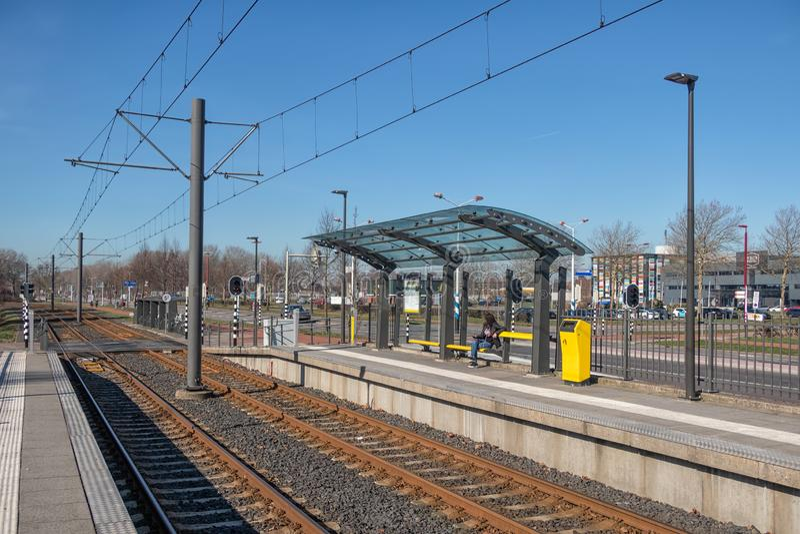 Stazione del tram con con la donna aspettante in Nieuwegein, Paesi Bassi immagine stock libera da diritti