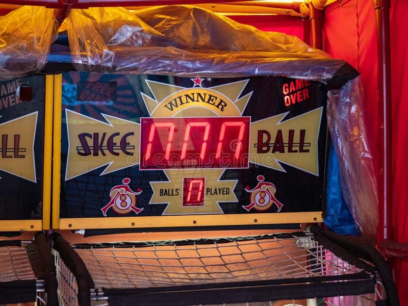 Stazione del videogioco arcade della palla di Skee avvolta in una plastica nello stoccaggio fotografie stock