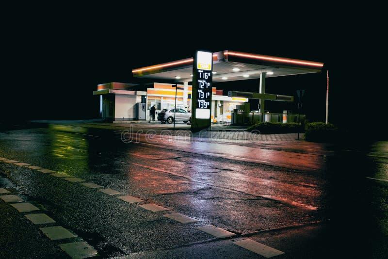 Stazione della stazione di servizio di benzina alla notte immagini stock