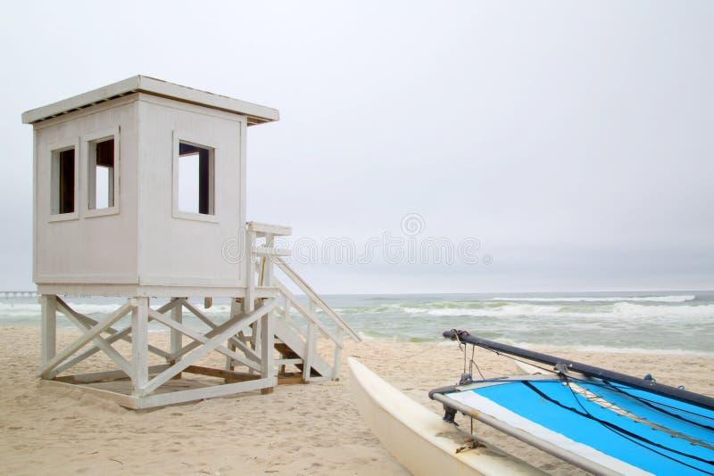 Stazione della guardia di vita sul fondo della spiaggia fotografia stock libera da diritti
