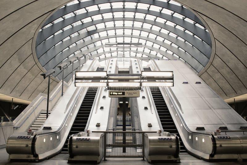 Stazione della metropolitana color giallo canarino del molo immagini stock