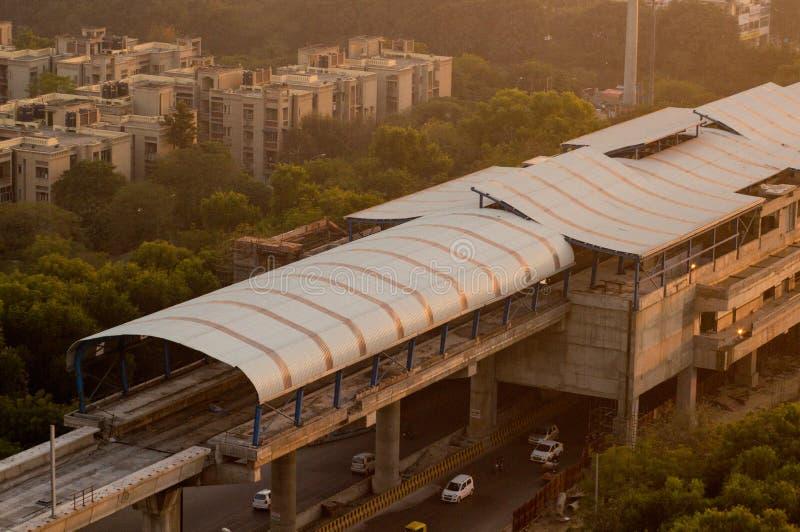 Stazione della metropolitana in costruzione sparata al crepuscolo in Noida fotografie stock libere da diritti