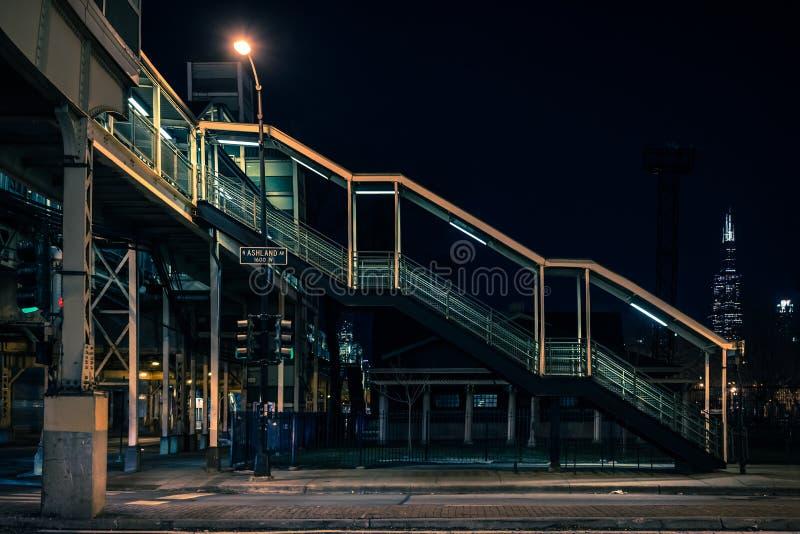 Stazione della metropolitana d'annata del treno di CTA elevata Chicago alla notte immagine stock