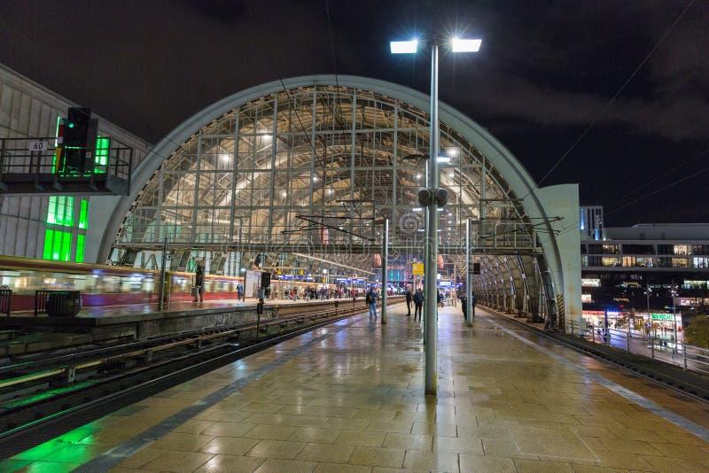 Stazione della metropolitana di Alexanderplatz Bahnhof di notte a Berlino, Germania fotografia stock