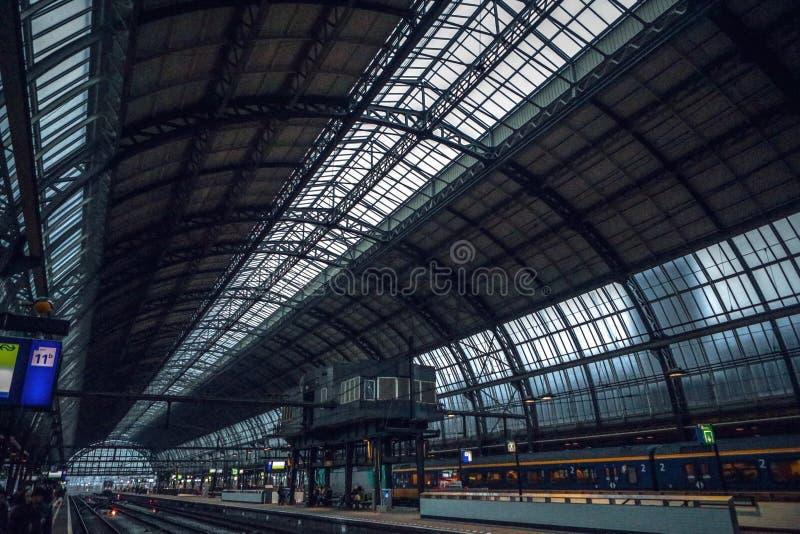 Stazione della metropolitana di Amsterdam con gli elementi aperti della costruzione del primo piano del binario immagini stock