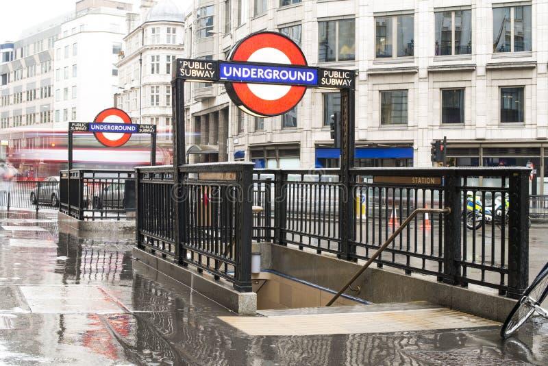 Stazione della metropolitana e segno fotografia stock libera da diritti