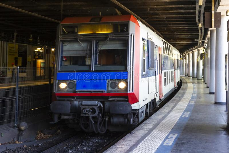 Stazione della metropolitana moderna con la metropolitana ad alta velocità a Parigi, Francia Trasporto ferroviario Priorit? bassa fotografia stock libera da diritti