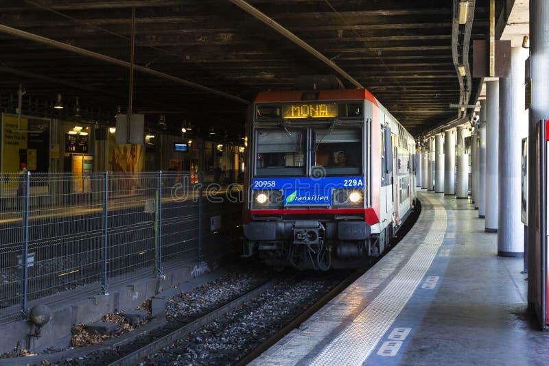 Stazione della metropolitana moderna con la metropolitana ad alta velocit? a Parigi Trasporto ferroviario Corsa fotografia stock libera da diritti