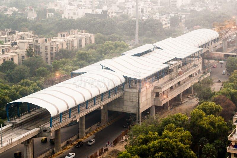 Stazione della metropolitana sopraelevata in costruzione sopra la via immagine stock libera da diritti