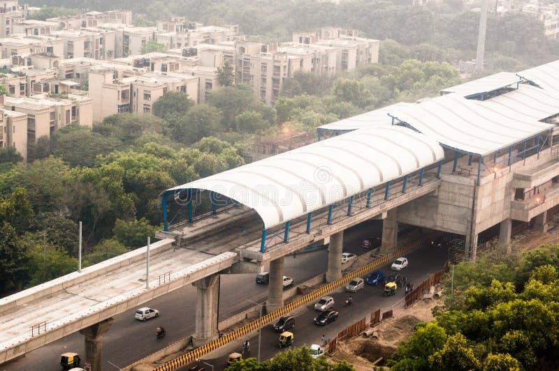Stazione della metropolitana sopraelevata in costruzione sopra la via immagine stock