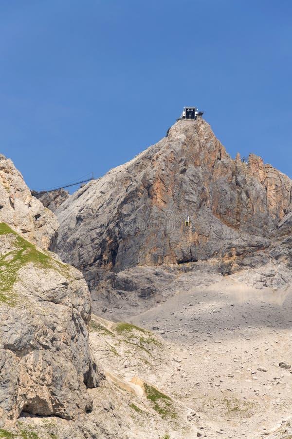 Stazione della montagna di Dachstein Hunerkogel con il più alto ponte sospeso di Austrias immagini stock libere da diritti