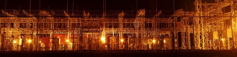Stazione di distribuzione del trasformatore elettrico panoramica alla notte fotografia stock