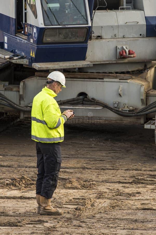 Stazione di Driebergen del telefono cellulare del lavoratore del cantiere fotografie stock libere da diritti