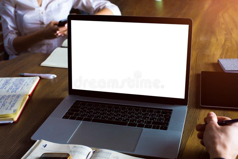 Stazione di lavoro dei lavoratori professionisti con netbook portatile teamwork immagine stock libera da diritti