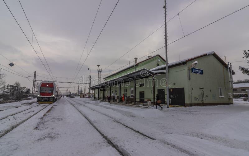 Stazione di Lipany nella mattina della neve di inverno con i treni ed i binari immagini stock libere da diritti