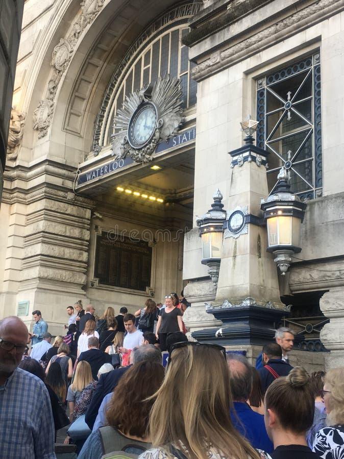 Stazione di Londra Waterloo - sempre una giornata indaffarata nella città fotografia stock