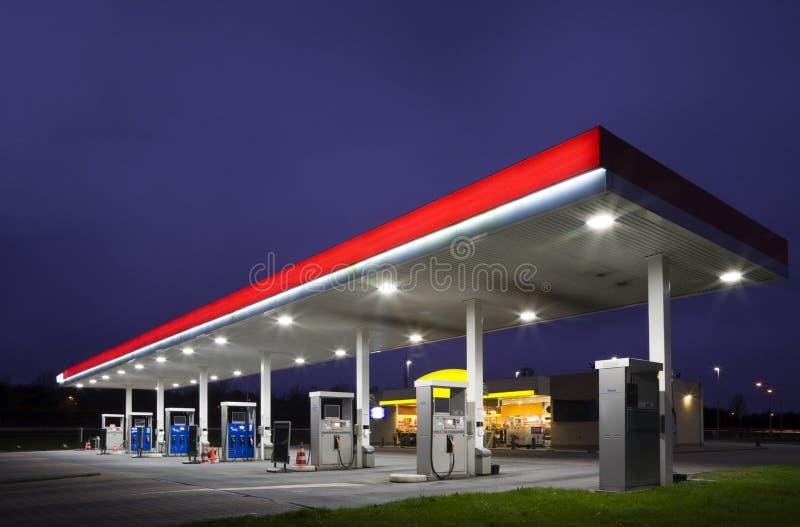 stazione di notte del gas fotografie stock