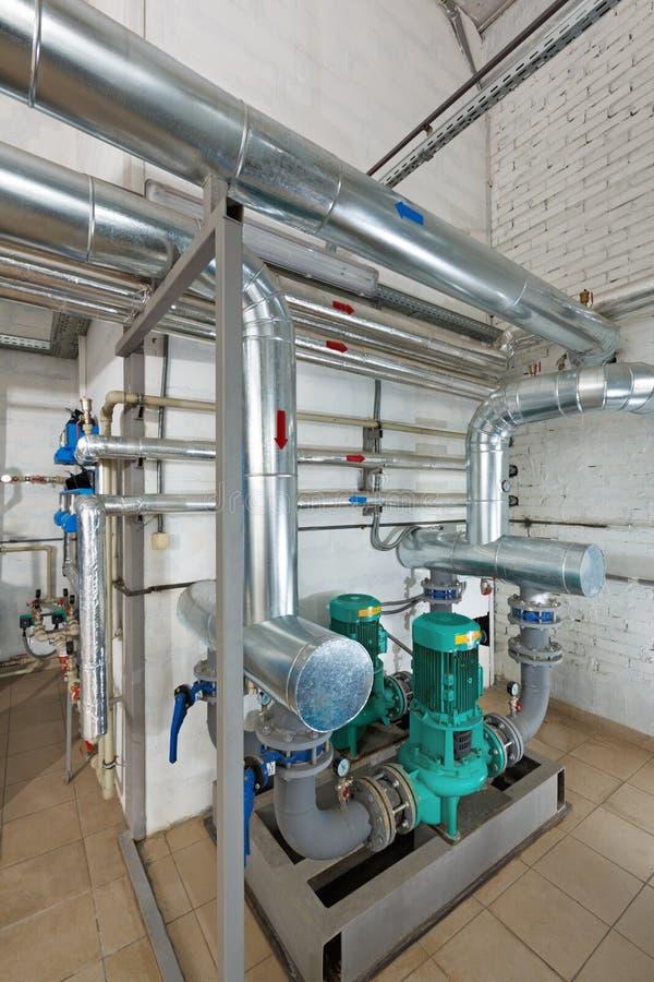 Stazione di pompaggio in una casa industriale della caldaia a gas con un multitu immagine stock libera da diritti