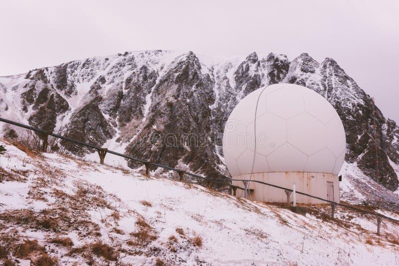 Stazione di radar doppler del tempo nelle montagne rocciose fotografie stock libere da diritti
