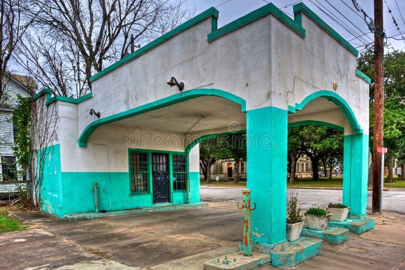 Stazione di servizio abbandonata coperta stucco variopinto fotografia stock libera da diritti