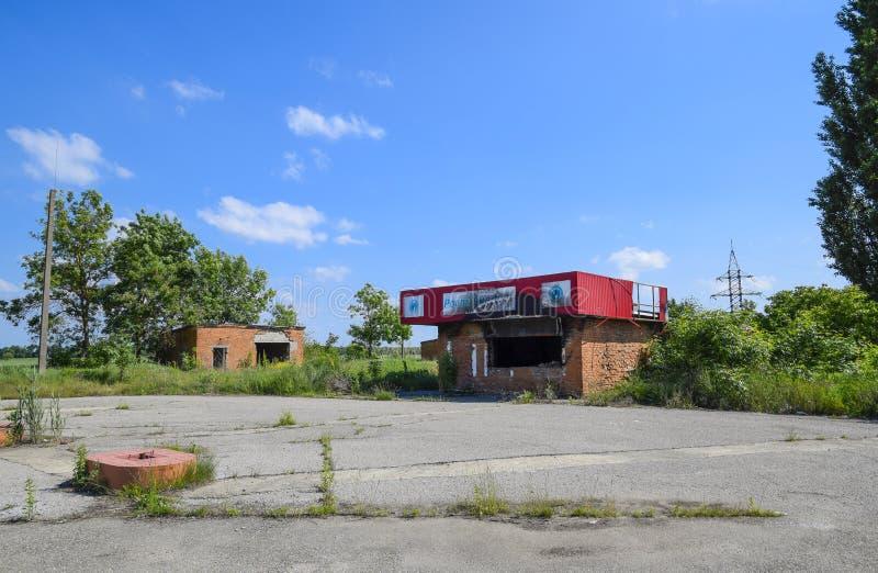 Stazione di servizio bruciata Rovine nel posto di una stazione di servizio bruciata immagini stock