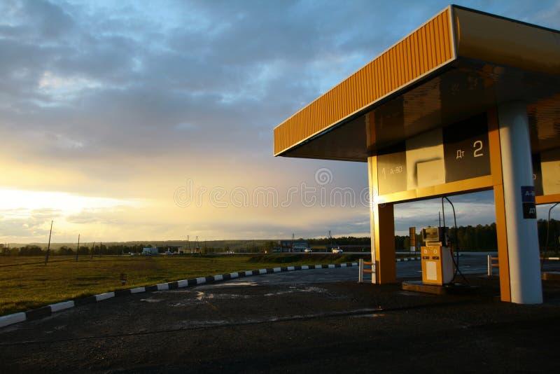 Stazione di servizio con il tramonto immagini stock