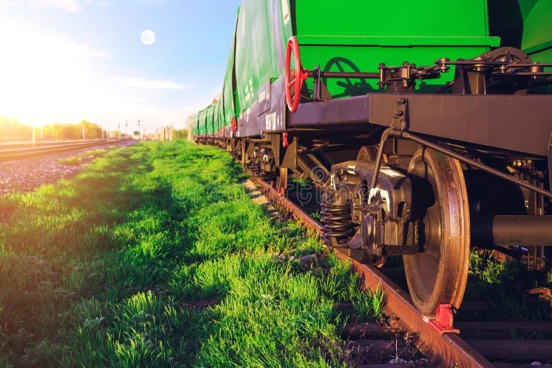 Stazione ferroviaria al tramonto corsa d'accelerazione interna del treno Trasporto di ferrovia immagine stock