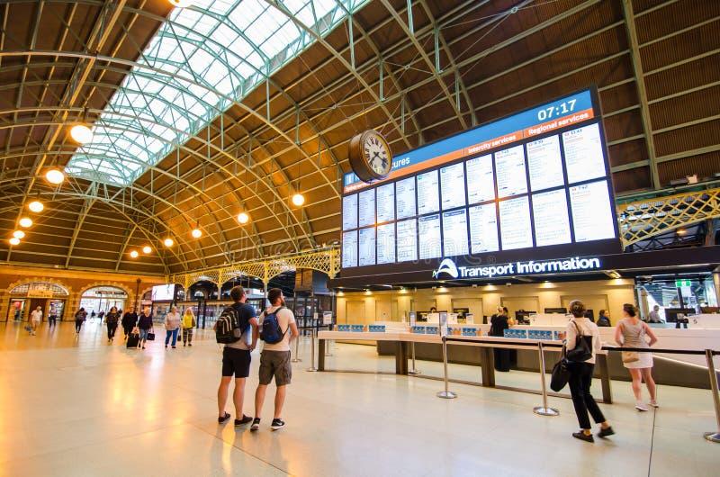 Stazione ferroviaria centrale al centro d'informazione di trasporto che sta mostrando l'orario sul grande schermo immagine stock libera da diritti