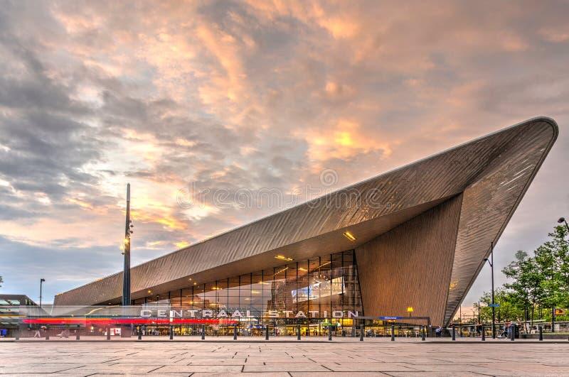 Stazione ferroviaria centrale di Rotterdam, vista dalla città immagine stock