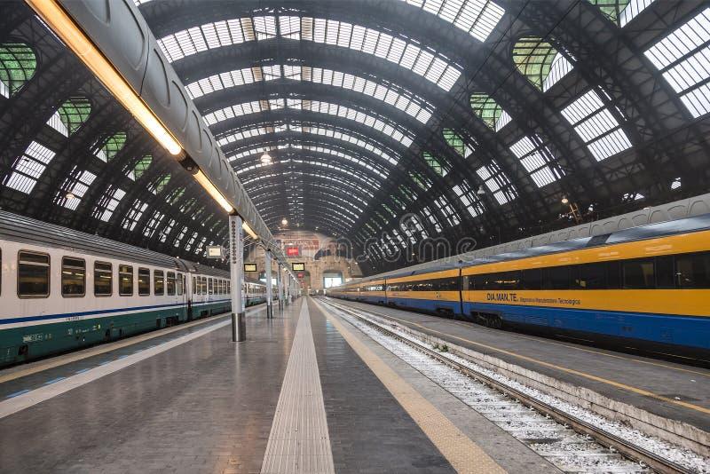 Stazione ferroviaria centrale a Milano fotografia stock