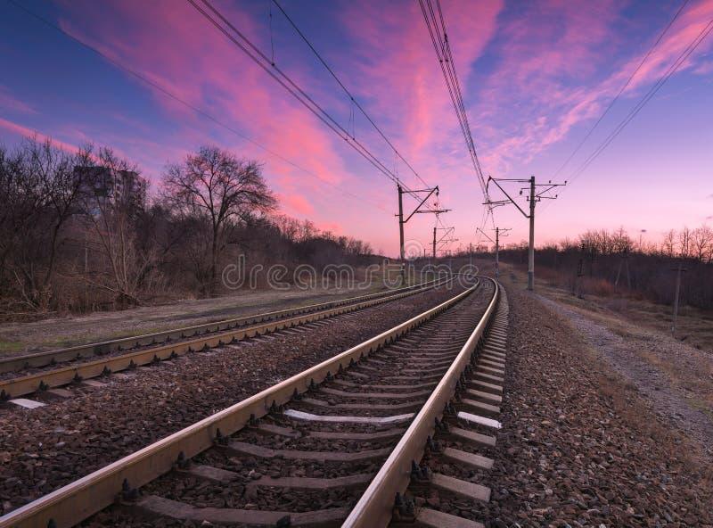 Stazione ferroviaria con il bello cielo al tramonto variopinto fotografie stock