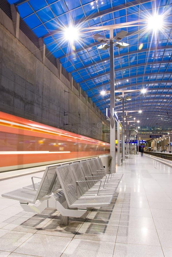 Download Stazione Ferroviaria Con Il Treno Commovente Immagine Stock - Immagine di arrivi, blurry: 7303221