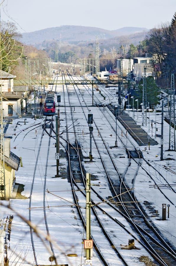 Stazione ferroviaria con la disposizione di pista innevata immagini stock libere da diritti
