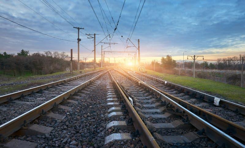 Stazione ferroviaria contro il bello cielo soleggiato Paesaggio industriale fotografie stock libere da diritti
