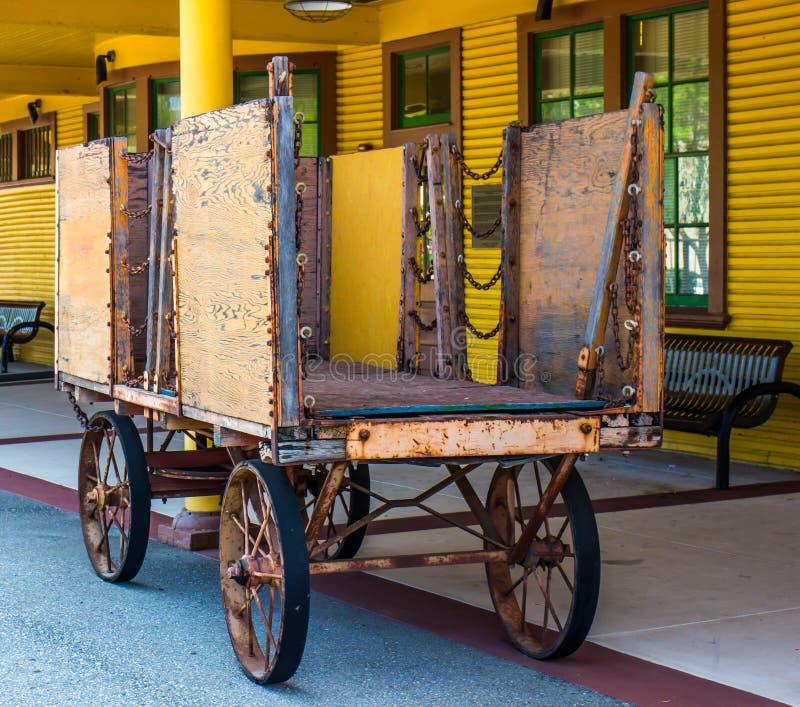 Stazione ferroviaria d'annata di Rusty Luggage Cart At Retro fotografia stock libera da diritti