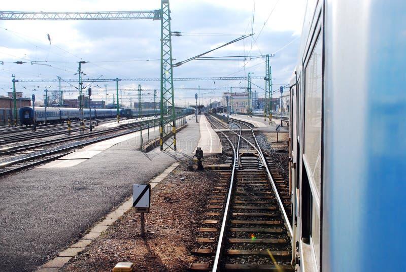Stazione ferroviaria dal fotografato da dalla finestra del treno immagini stock