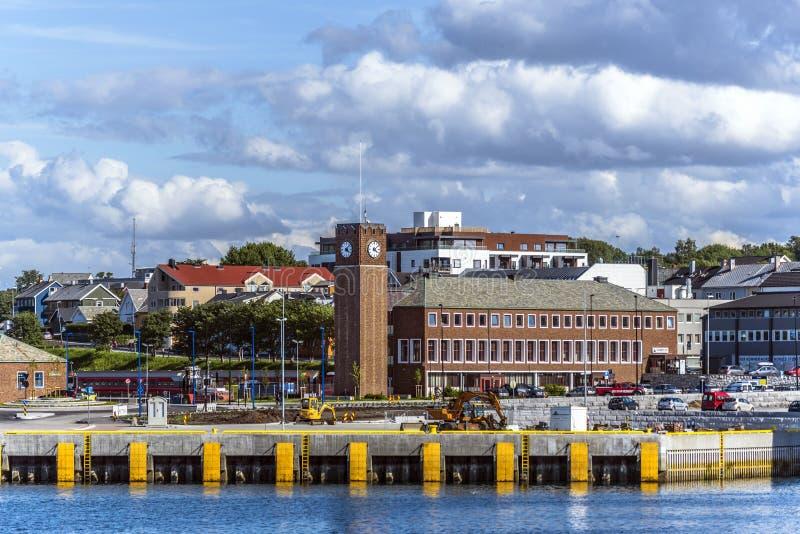 Stazione ferroviaria di Bodo nel centro della città come visto dal fiordo Contea di Nordland fotografie stock libere da diritti