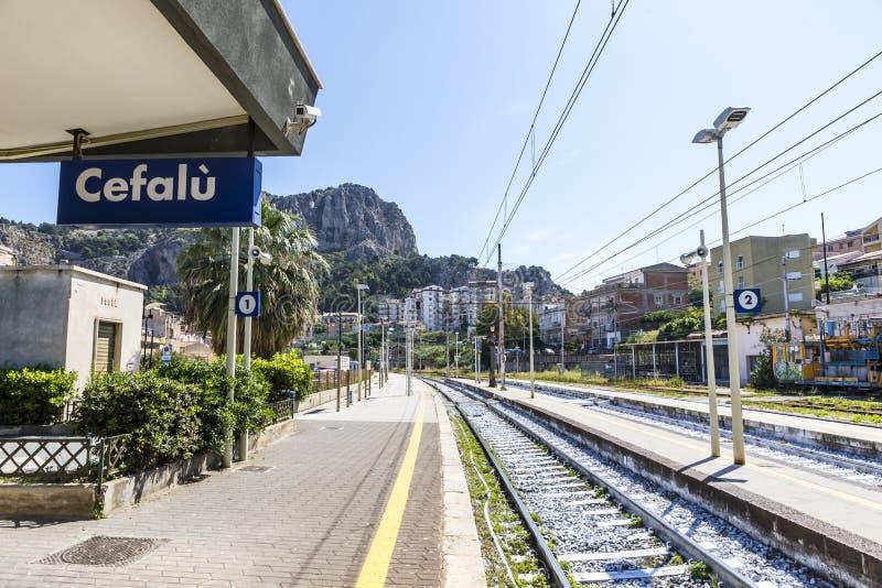 Stazione ferroviaria Stazione Ferroviaria di Cefalu, Sicilia di Cefalu, immagine stock libera da diritti
