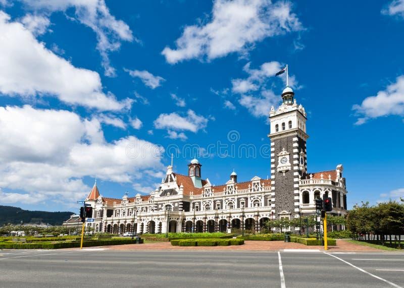 Stazione ferroviaria di Dunedin durante il giorno pieno di sole immagine stock libera da diritti
