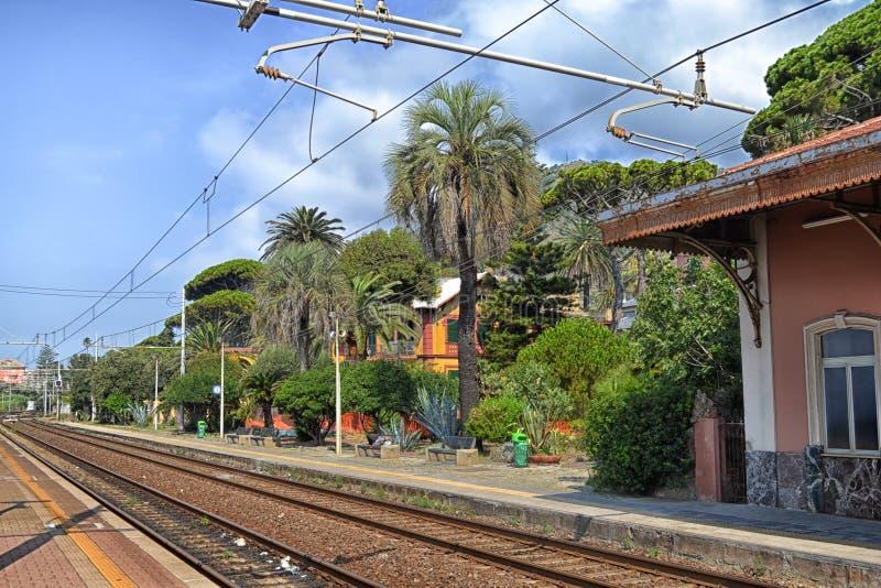 Stazione ferroviaria di Genova Nervi, Italia, nel giorno di estate fotografia stock