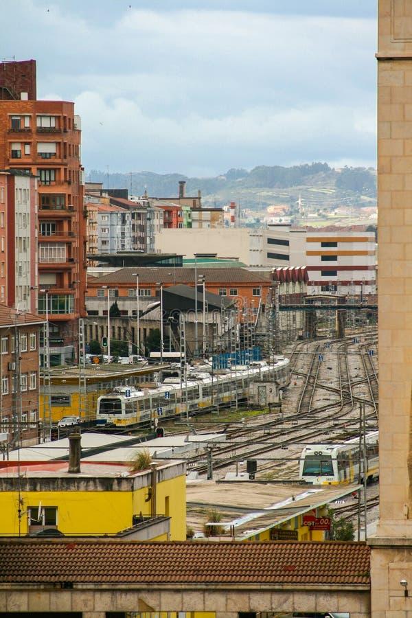 Stazione ferroviaria di Santander, Cantabria, Spagna, in una zona industriale della citt? con un cielo blu nuvoloso fotografia stock libera da diritti