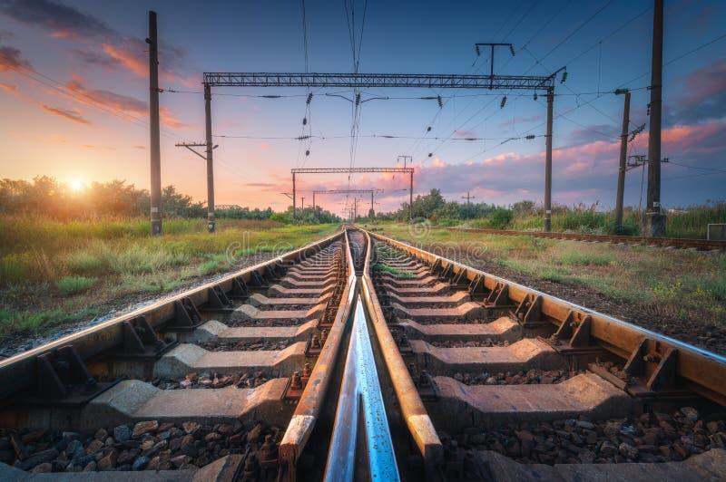 Stazione ferroviaria e bello cielo al tramonto Ferrovia di estate fotografie stock libere da diritti