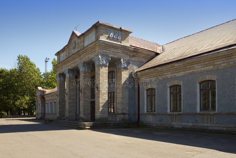 Stazione ferroviaria nel giorno soleggiato Narva L'Estonia fotografia stock